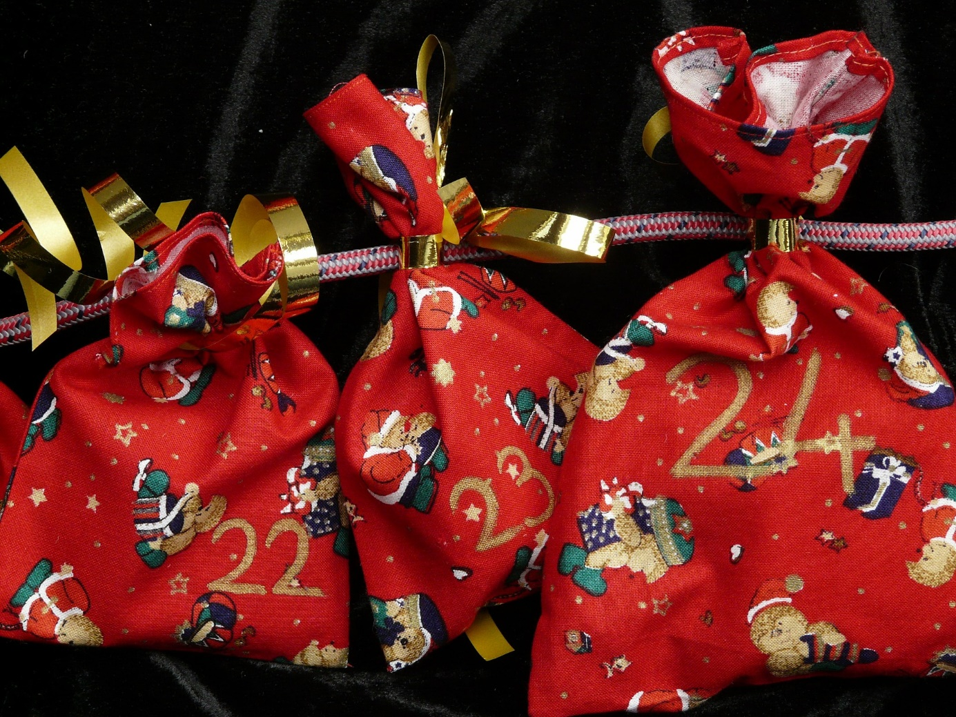 rote Geschenksäckchen an einem Band